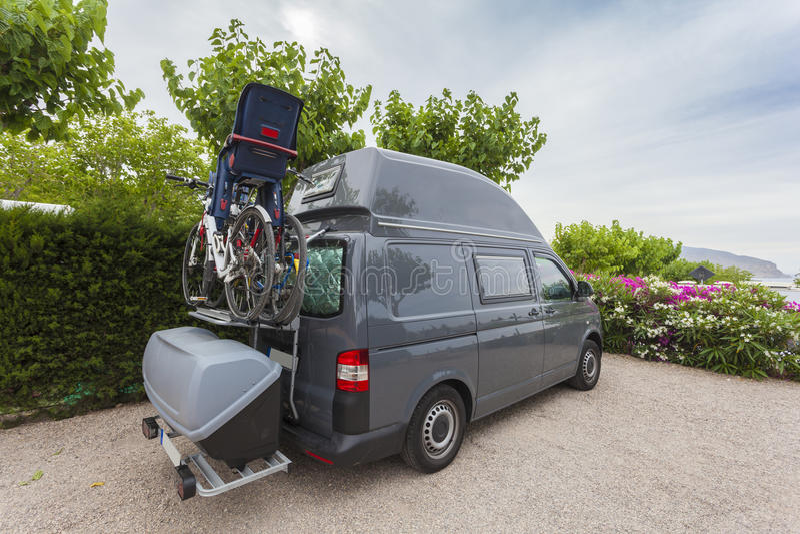 有自行车的野营的搬运车 库存图片