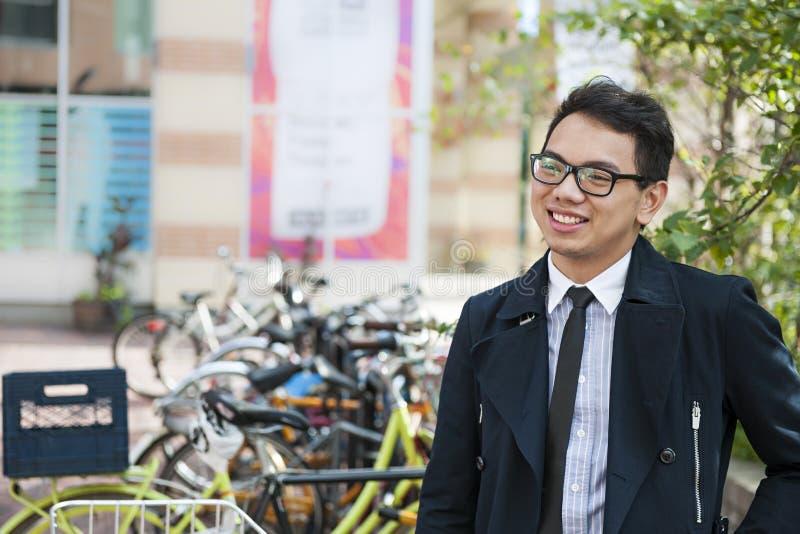有自行车的年轻亚裔人 免版税库存图片
