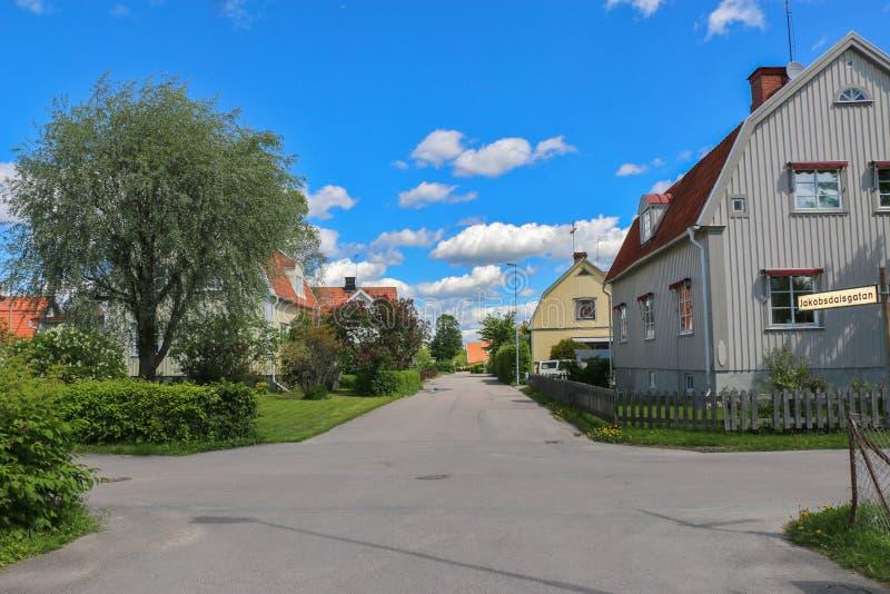 有舒适房子的瑞典街道在天空蔚蓝下 库存照片