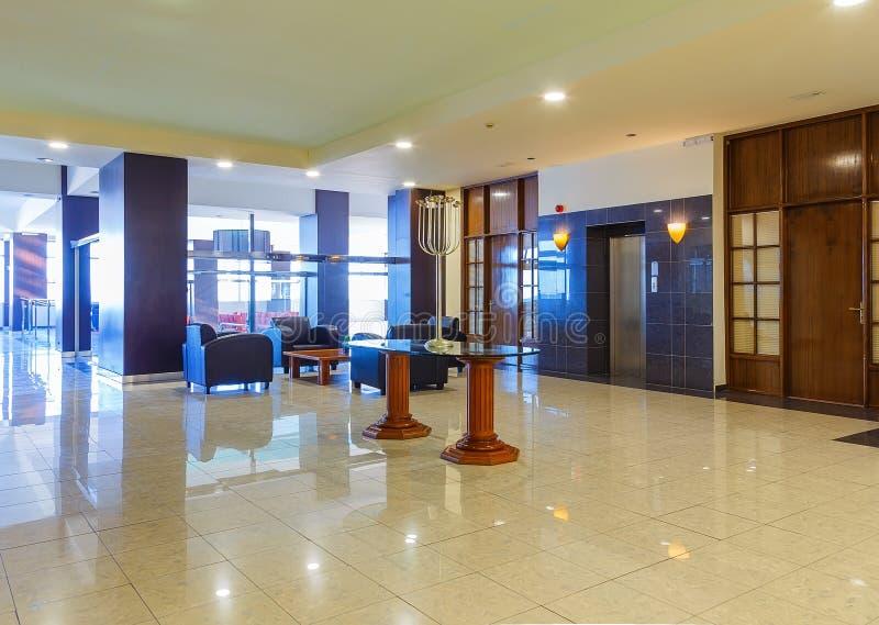 有舒适的沙发的霍尔在现代旅馆里 库存照片