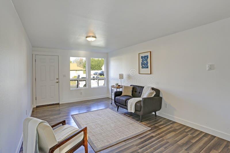 有舒适的装缨球沙发的白色门厅 库存照片