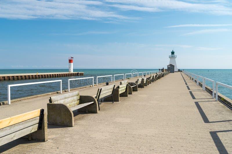 有航海烽火台的一个步行码头 图库摄影