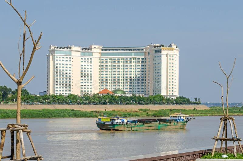有船和洞里萨湖街道的Tonle Sap河有Sokh的 免版税库存图片