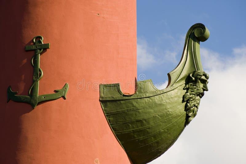 有船嘴装饰的列 免版税图库摄影