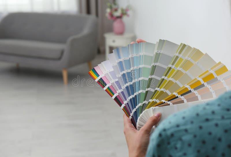 有色板显示样品的女性室内设计师 免版税库存照片