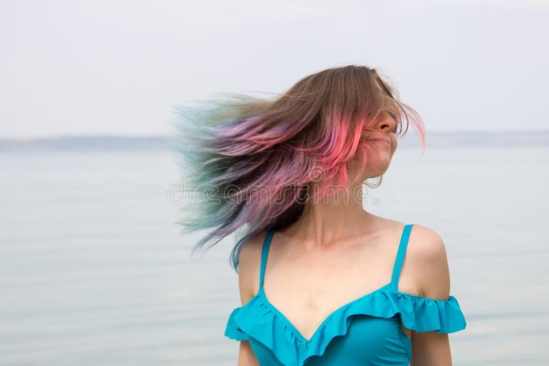 有色的头发的女孩在泳装和海 免版税库存图片