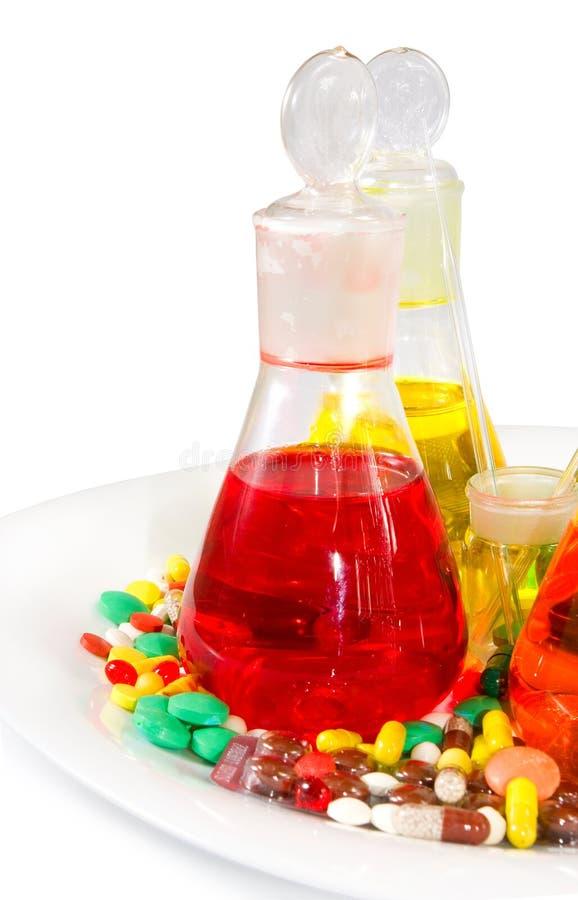 有色的液体和药片的烧瓶 库存图片
