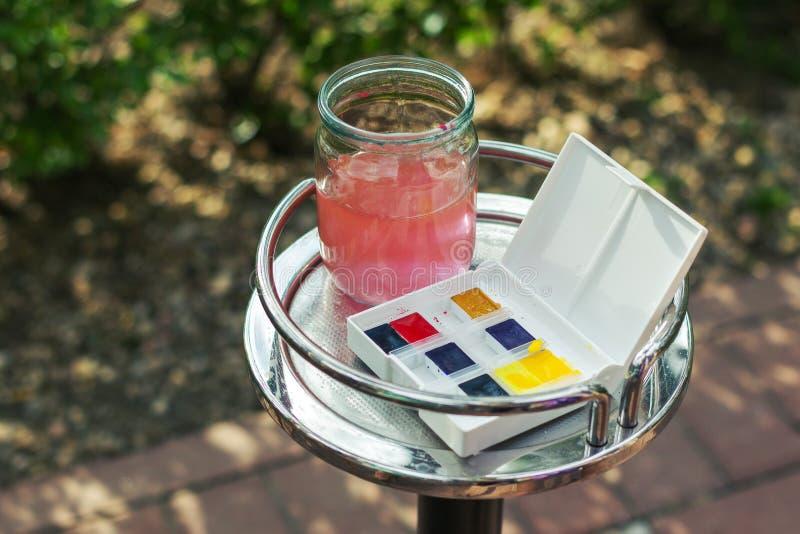 有色的水和油漆的玻璃瓶子 免版税库存图片