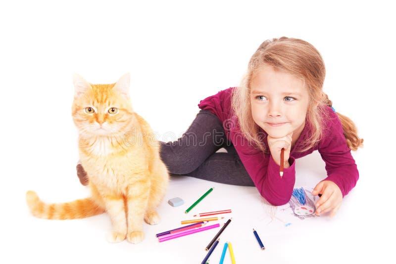 有色的说谎在地板上的铅笔和红色猫的小逗人喜爱的女孩 库存照片
