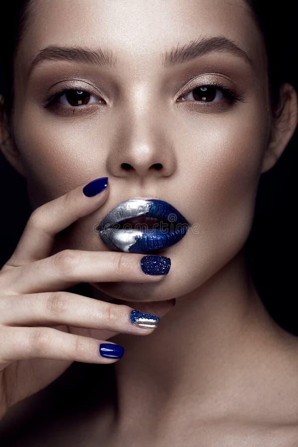 有艺术构成的美丽的女孩,黑暗的闪烁嘴唇设计并且修剪钉子 秀丽表面 免版税库存图片