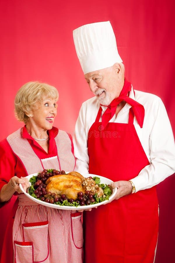 有节假日正餐的主厨和主妇 免版税库存图片
