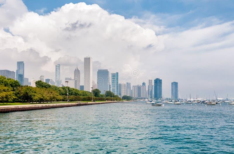 有芝加哥地平线的密歇根湖在背景中 图库摄影