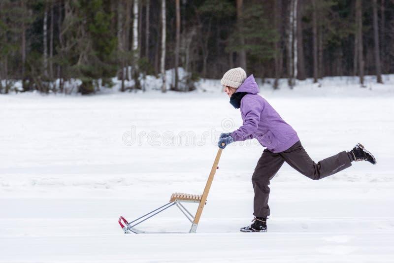 有芬兰雪撬的女孩 库存图片
