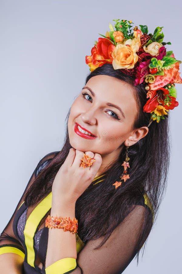 有花冠的可爱的妇女在秋天样式的 免版税库存照片
