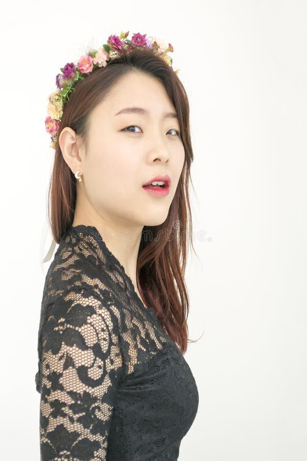 有花冠的美丽的亚裔妇女 免版税图库摄影