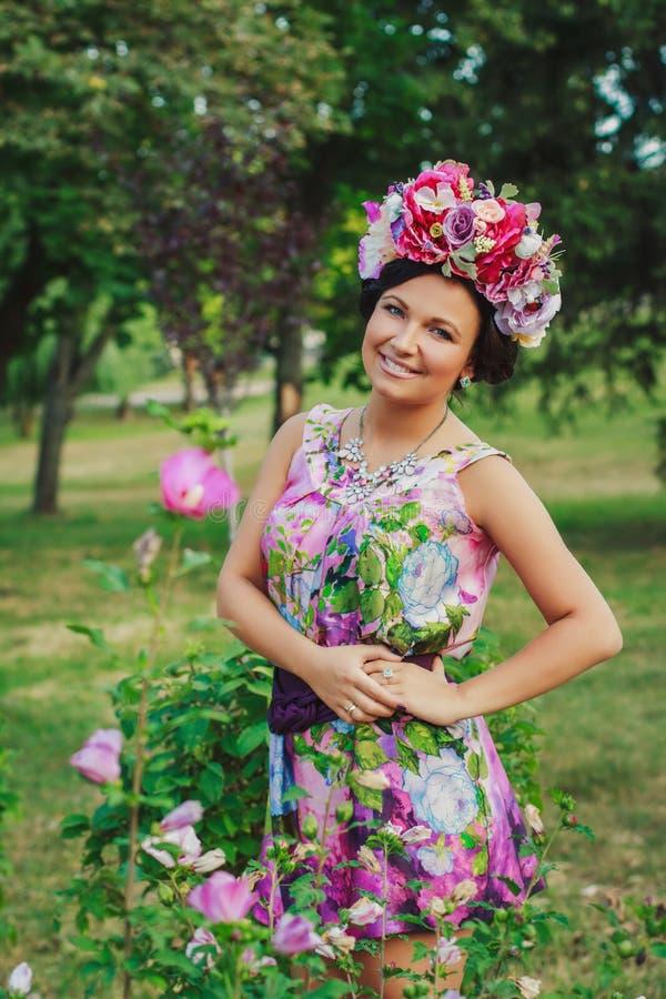 有花冠的年轻可爱的妇女  图库摄影
