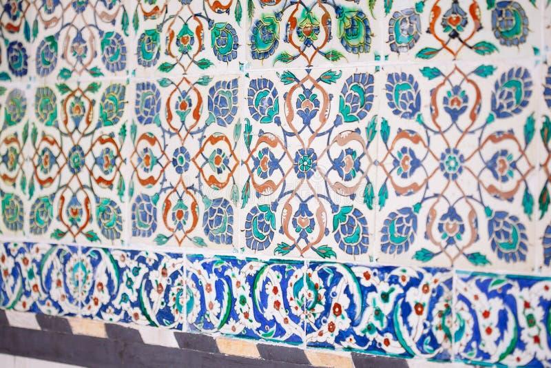 有花卉样式的无背长椅古老手工制造土耳其瓦片 图库摄影