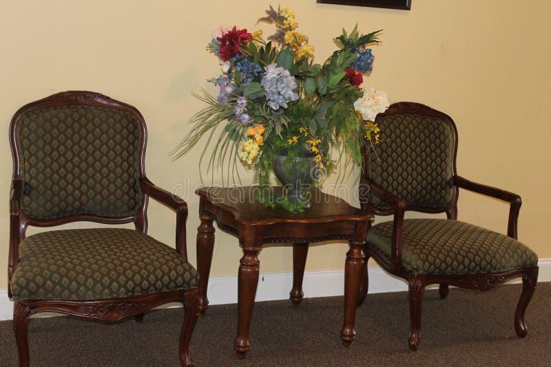 有花卉的美丽的家具在客厅 免版税库存图片