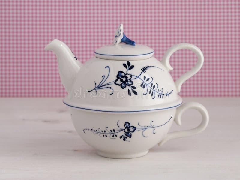 有花卉主题的葡萄酒茶壶 库存图片