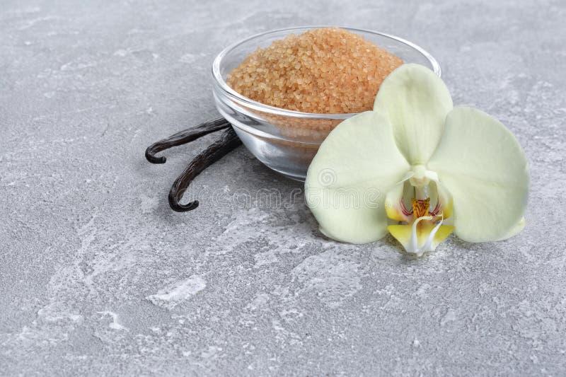有花和棕色蔗糖的香草荚作为烘烤的成份 库存照片