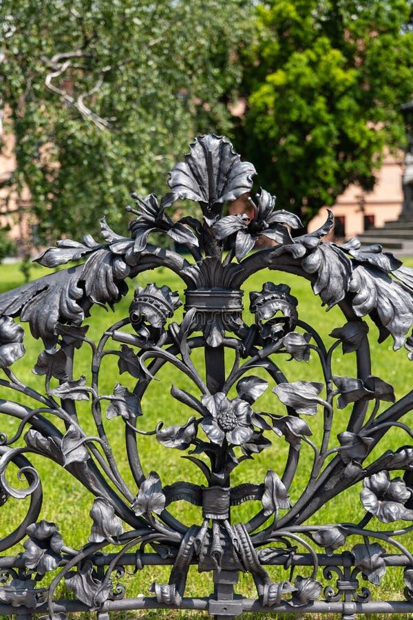 有花和植物主题的华丽金属篱芭 图库摄影