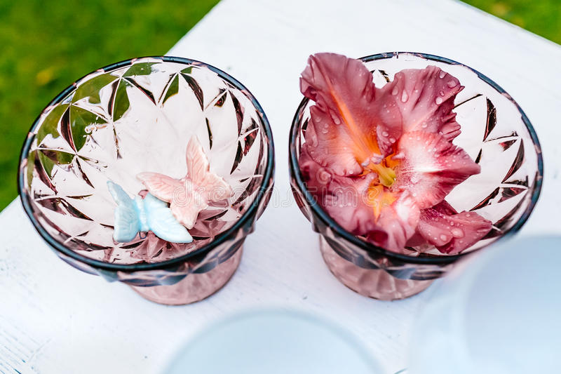 有花和装饰的,在婚礼的美丽的装饰玻璃花瓶 库存照片