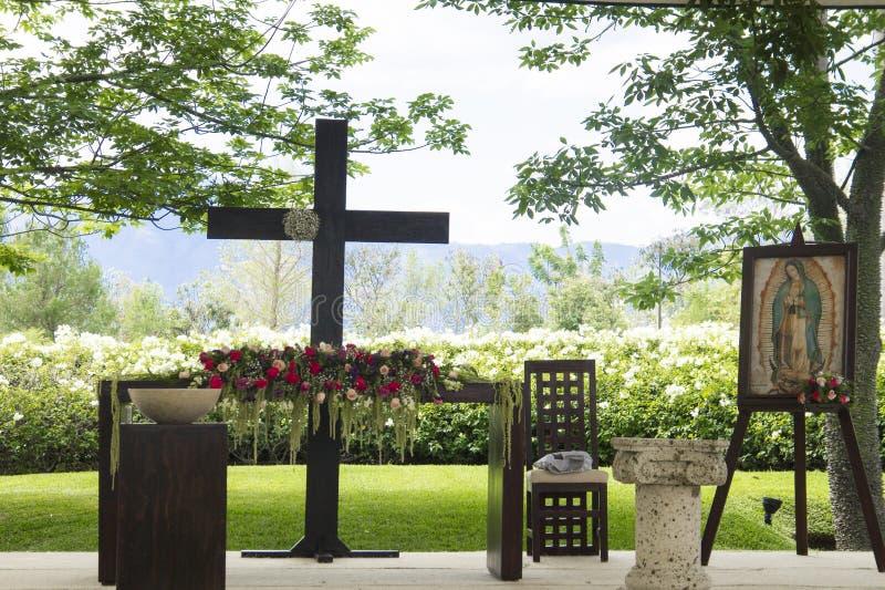 有花和维尔京画象的教堂法坛 免版税库存照片