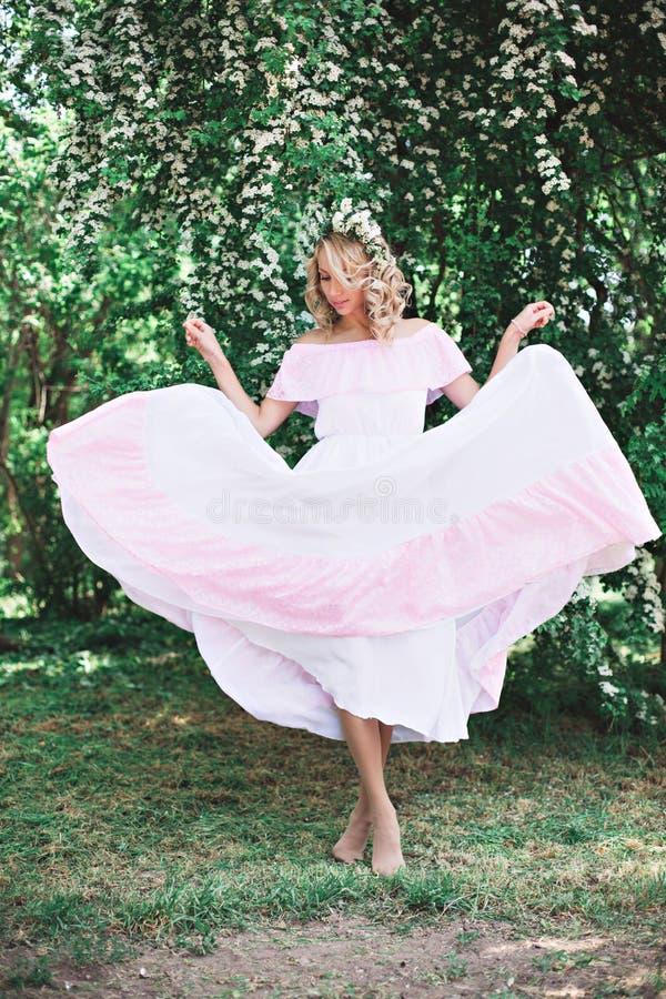 有花圈的肉欲的妇女在顶头跳舞 免版税库存照片