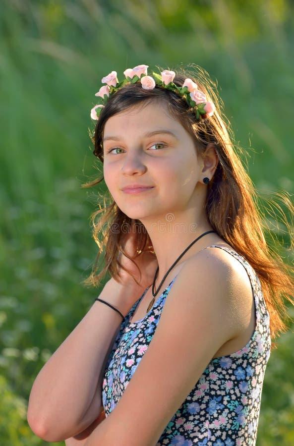 有花圈的青少年的女孩 免版税库存照片