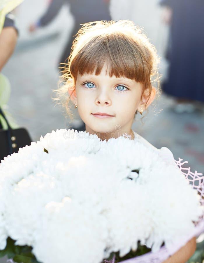 有花大花束的小女孩  免版税库存照片