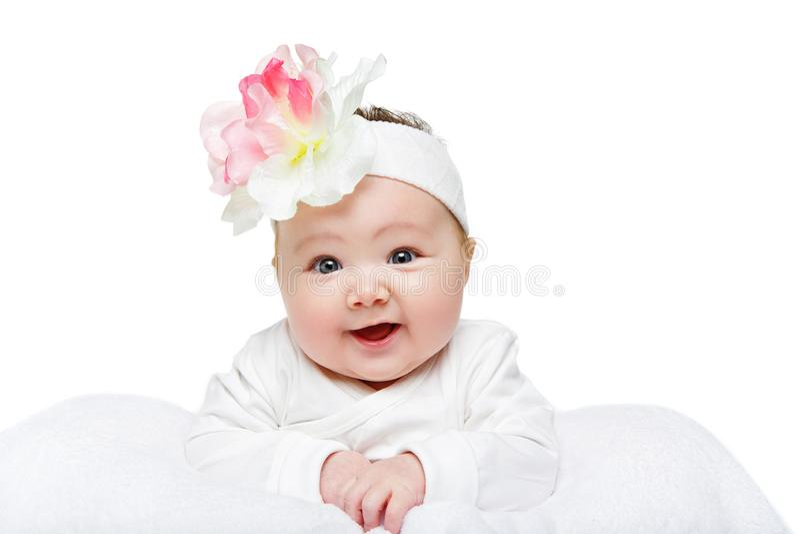 有花头饰带的愉快的美丽的女婴 免版税库存照片
