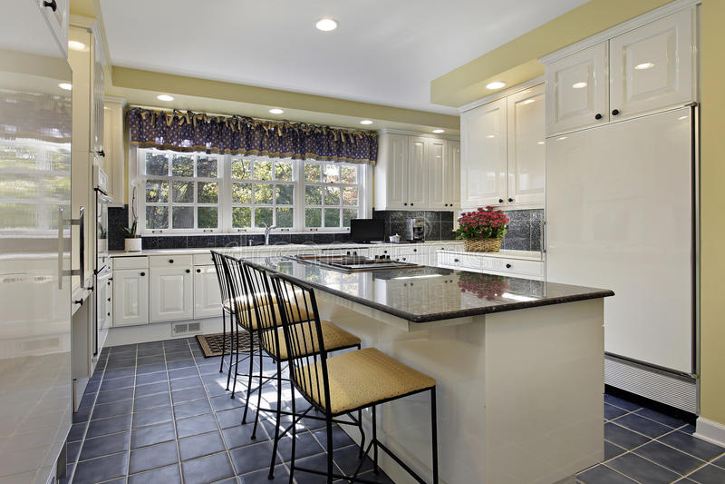有花岗岩计数器的厨房 图库摄影