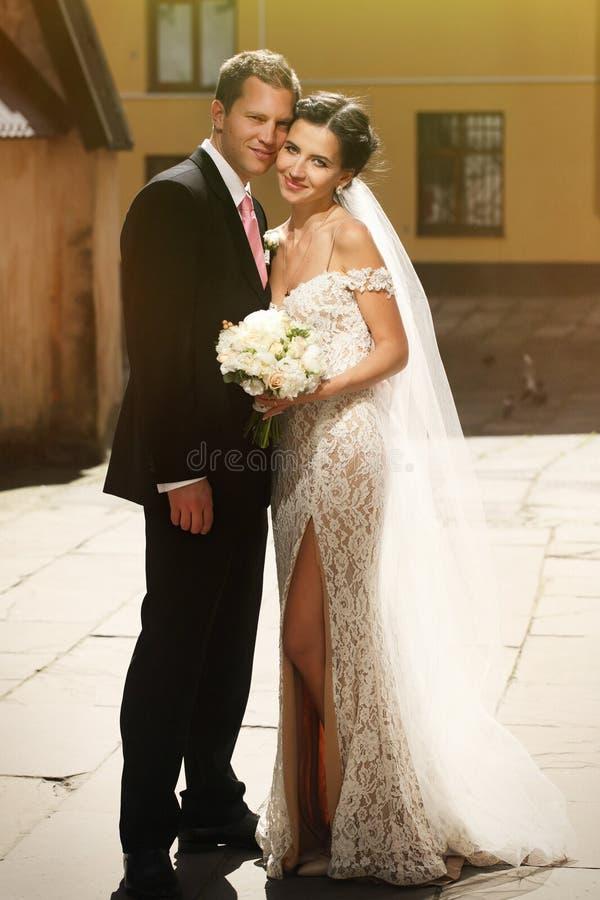有花束和英俊的gro的情感美丽的深色的新娘 库存照片