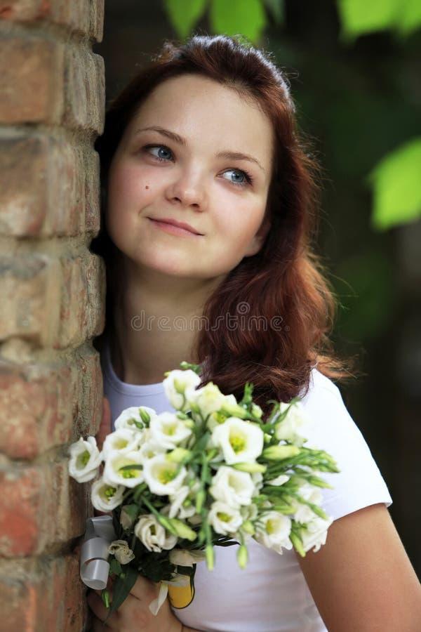 有花束的女孩 免版税图库摄影