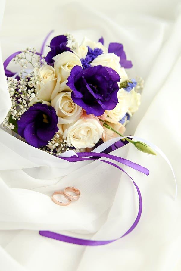 有花束的美好的结婚戒指 爱,春天的声明 免版税图库摄影