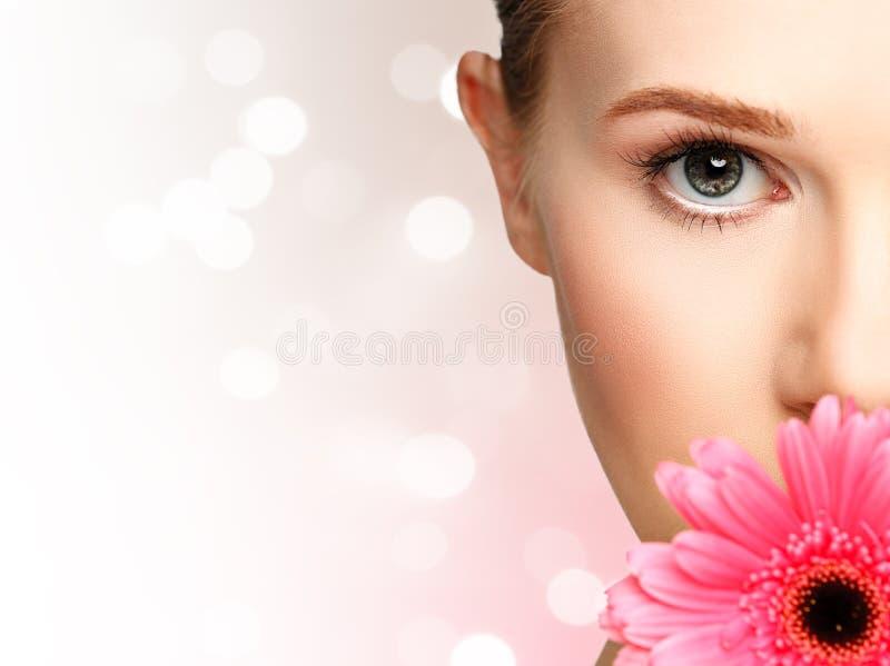 有花桃红色大丁草的秀丽自然女孩 库存照片