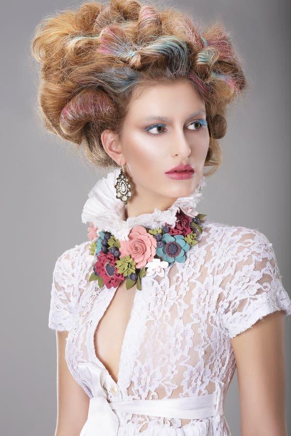 有花梢发型的典雅的吸引人妇女 免版税库存图片