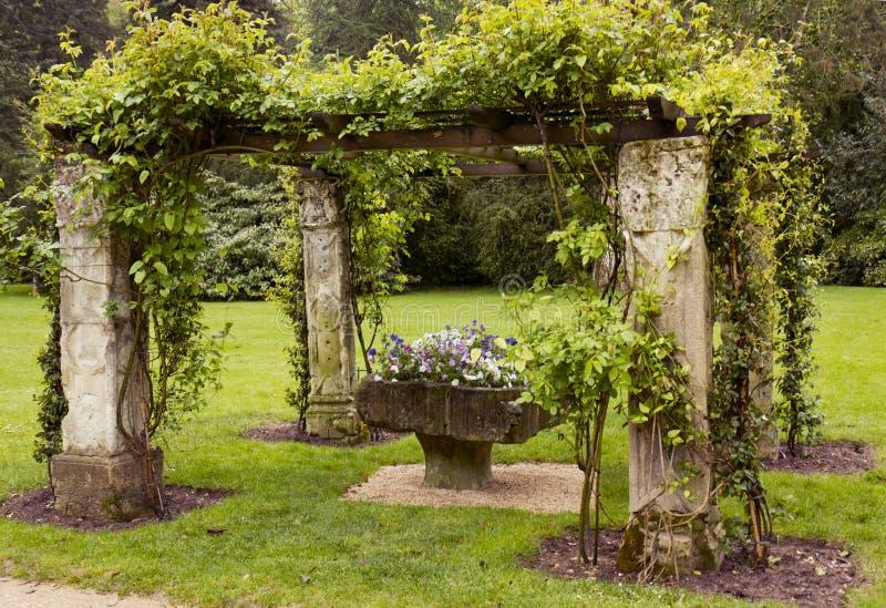 有花瓶的凹室花在庭院里 库存图片