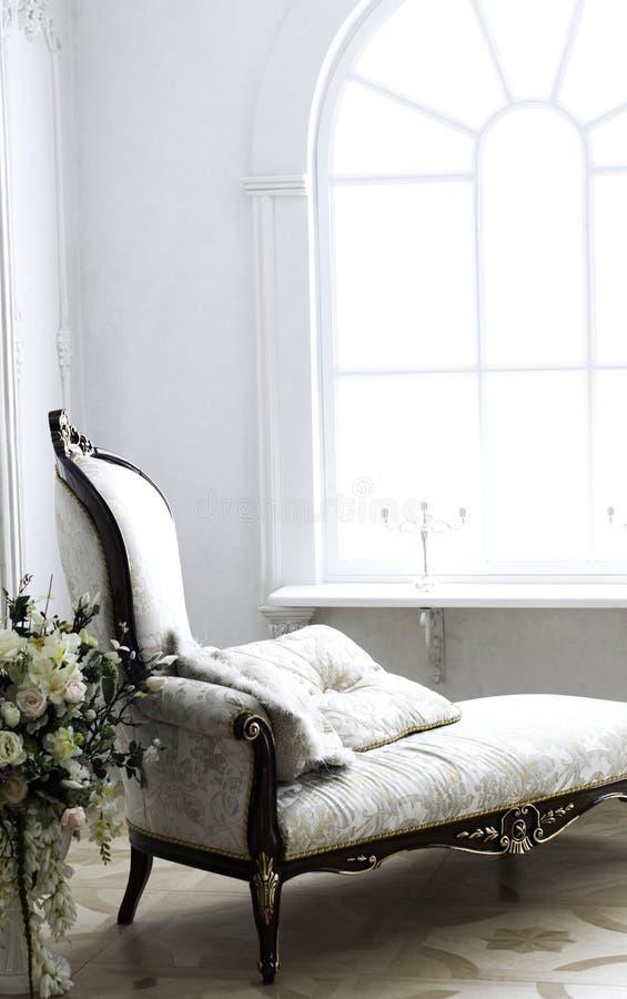 有花瓶的洛可可式的沙发玫瑰 库存图片