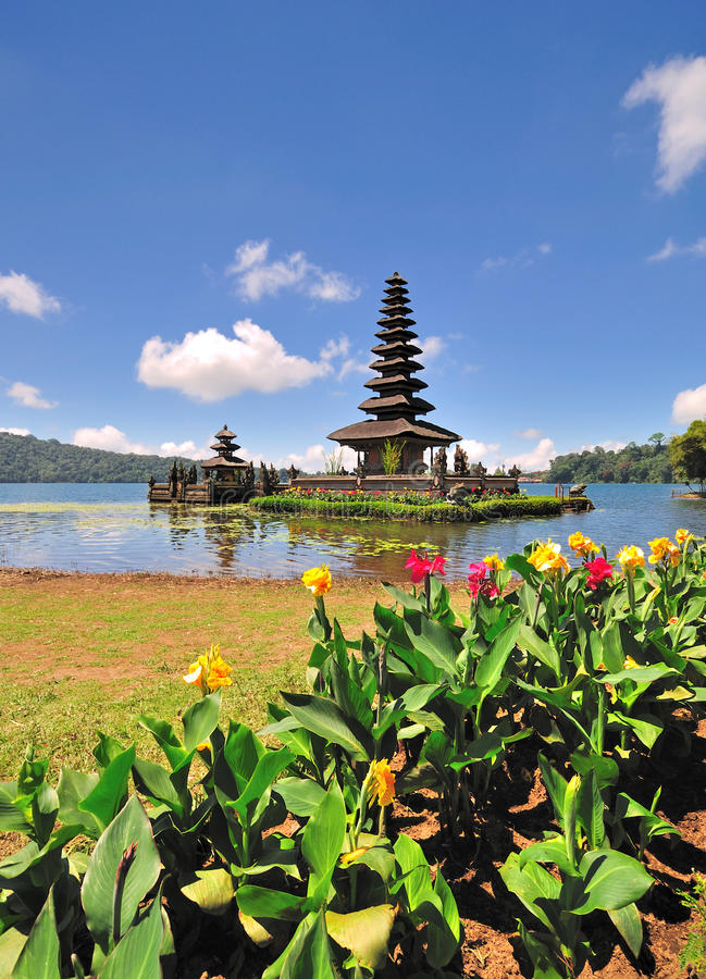 有花的一个浮动寺庙 免版税库存图片