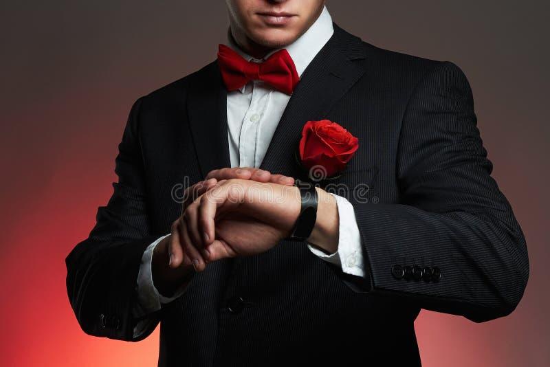 有花的人 年轻人衣服的新郎人 库存照片