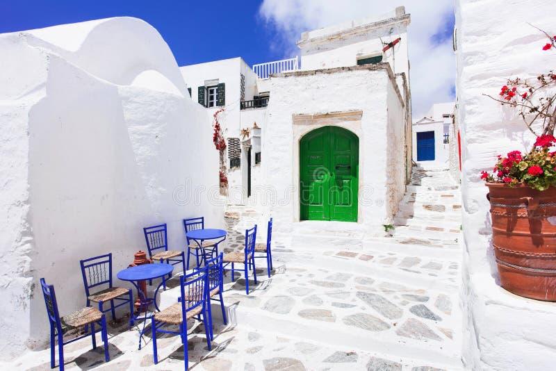 有花的传统希腊街道在阿莫尔戈斯岛海岛,希腊海岛 库存图片