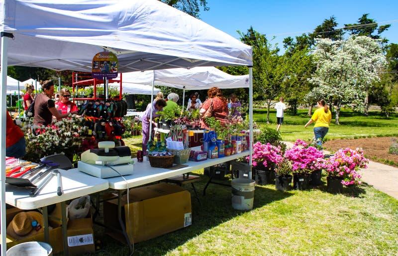 有花的供营商春天庭院的帐篷待售和顾客显示在土尔沙园艺中心-大约2010年4月的土尔沙美国 免版税图库摄影