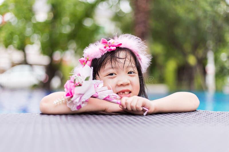 有花的可爱的女孩 库存照片