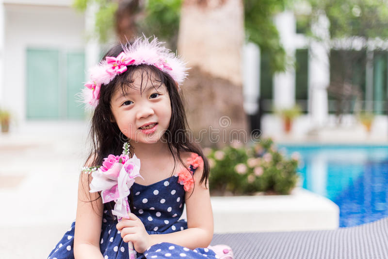 有花的可爱的女孩 库存图片