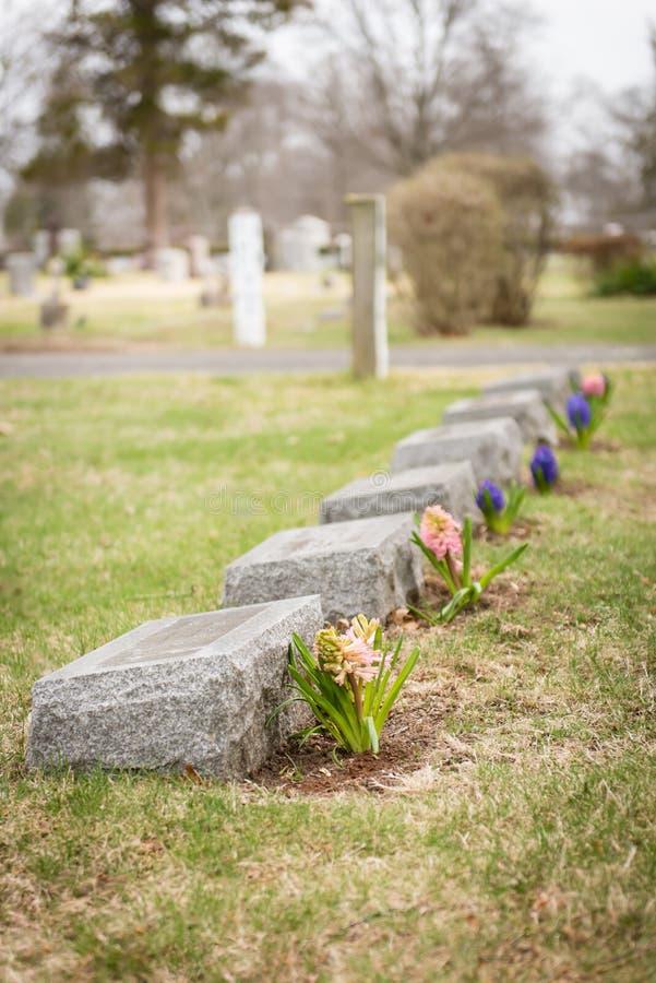 有花的墓石 免版税库存图片