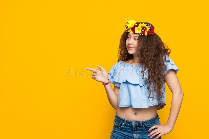 有花的女孩在她的头发 图库摄影