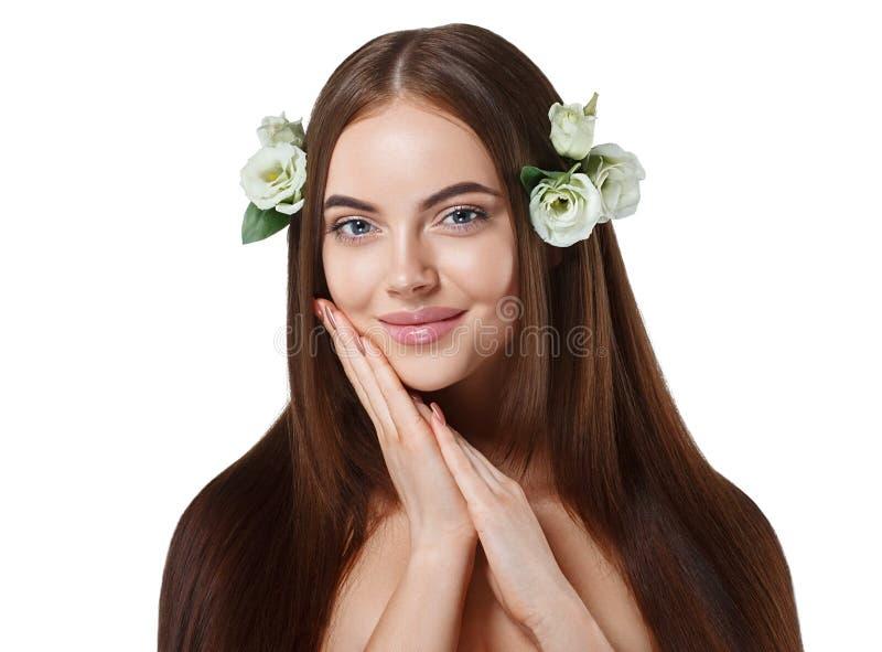 有花的妇女在与长的惊人的头发的头发美丽的画象 免版税库存图片