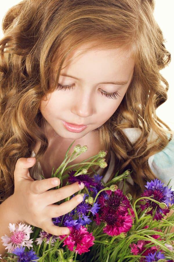 有花的小女孩 库存照片