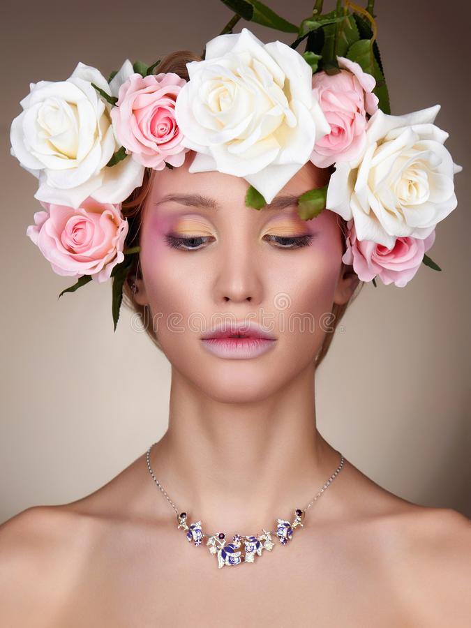 有花的少妇在头发 免版税库存照片